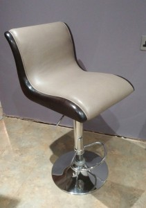 Bar stool in walnut and leather